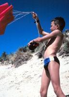 Parachute van een duin afgooien