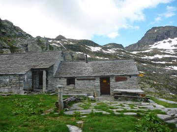 Cabane d'Efra and the pass behind